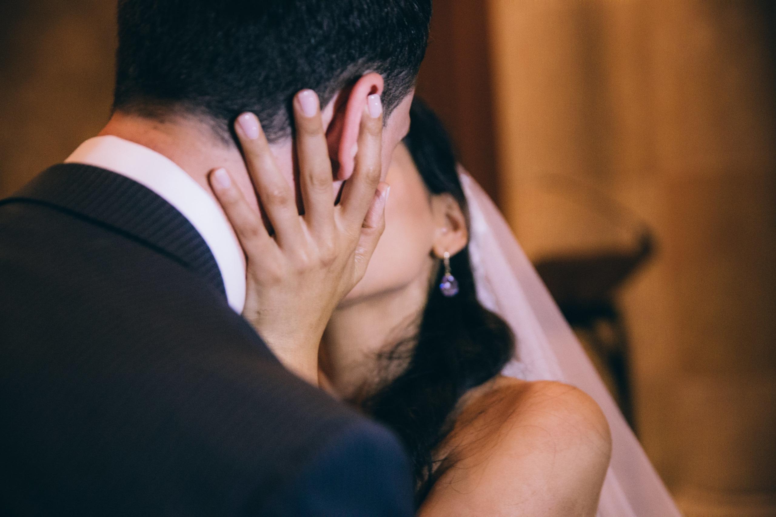 Couple de mariés qui s'embrassent