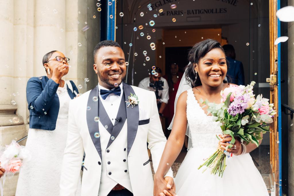 Couple de mariés sortant de la mairie avec des bulles de savons pour une vidéo de mariage unique