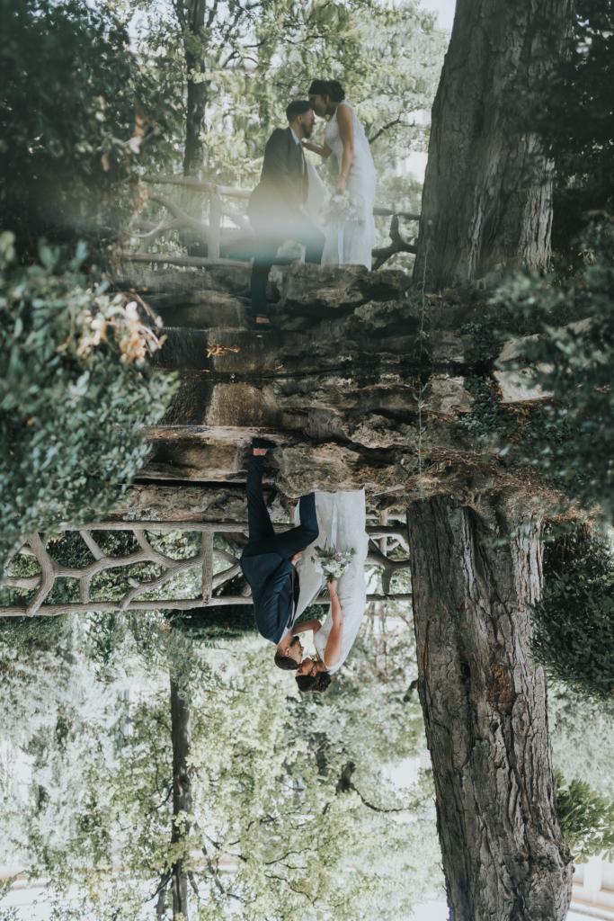 Couple de mariés dans la forêt avec reflet pour une vidéo de mariage unique
