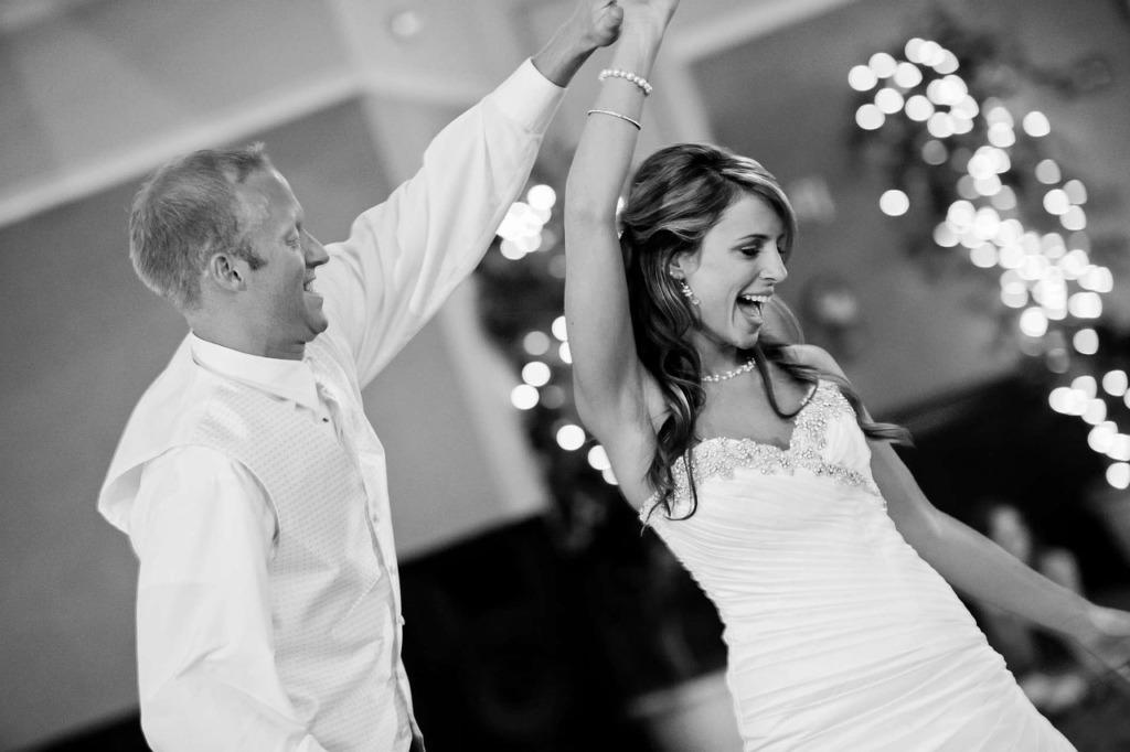 Couple dansant pendant la cérémonie de mariage pour leur vidéo de mariage unique